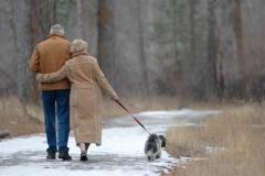kutyasétáltató idős házaspár